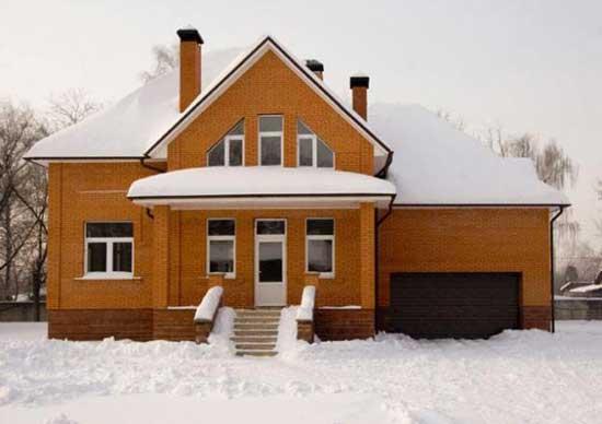 Свайные фундаменты с ростверком (железобетонным перекрытием) редко, но все же используются в индивидуальном строительстве домов
